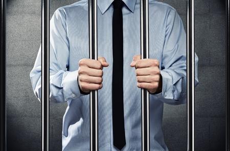cellule de prison: Jeune homme d'affaires corrompu derrière les barreaux d'une prison Banque d'images