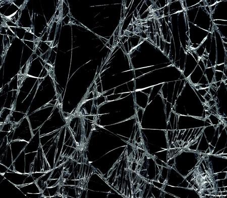 glas kunst: Gebroken glas over zwarte achtergrond Stockfoto