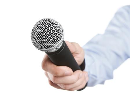 reportero: Micrófono de mano masculina que sostiene a la entrevista aisladas sobre fondo blanco