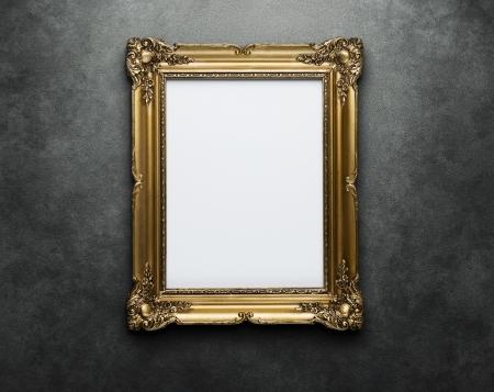 espelho: Frame ornamentado do ouro na parede de concreto com trajeto de grampeamento para o interior Banco de Imagens