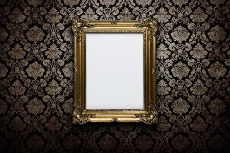ornate gold frame: Marco de oro adornado en el fondo de pantalla grunge con trazado de recorte para el interior