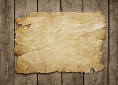 silvestres: Hoja de papel viejo en el fondo de madera del grunge con copia espacio