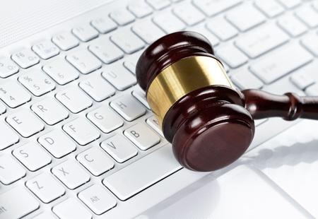 ley: Primer plano de martillo de madera en el teclado del ordenador Foto de archivo
