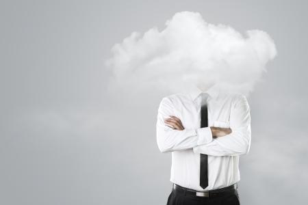 man thinking: Jeune homme d'affaires avec la t�te dans les nuages