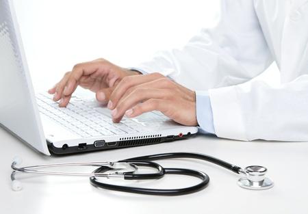 dottore stetoscopio: Close up di medico di sesso maschile di lavoro su un computer portatile