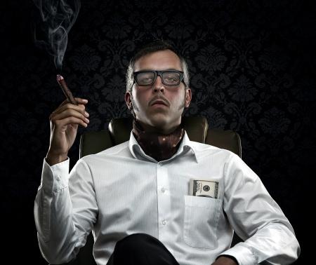 Divertente uomo ricco che fuma un sigaro