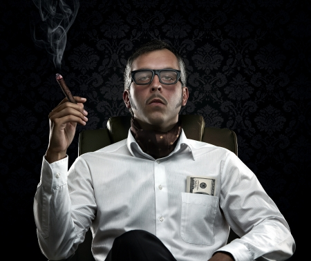 Lustige reicher Mann raucht eine Zigarre