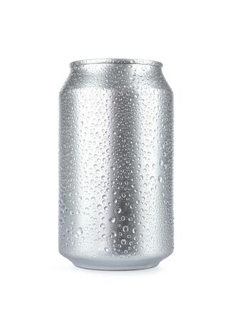 lata de refresco: Bicarbonato de aluminio mojado puede aislado sobre fondo blanco Foto de archivo