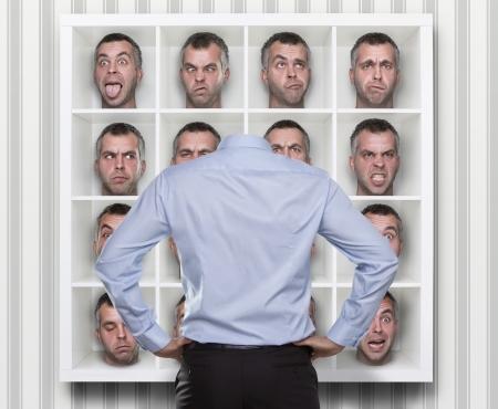 persona confundida: Imagen conceptual de joven empresario elecci�n que se enfrentan a la expresi�n de llevar