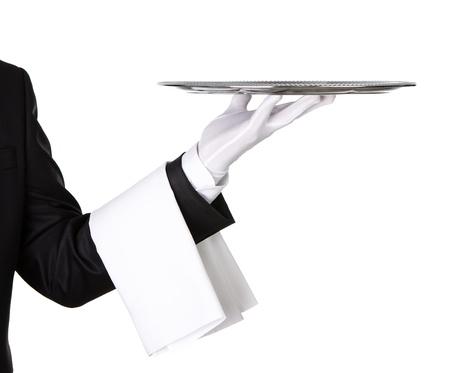 Camarero que sostiene la bandeja de plata vacía aislada en el fondo blanco, con copia espacio
