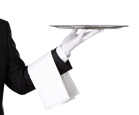 camarero: Camarero que sostiene la bandeja de plata vacía aislada en el fondo blanco, con copia espacio