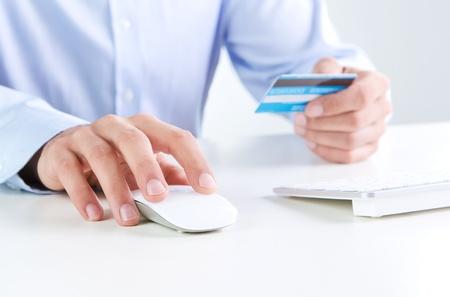 Le paiement en ligne, près de shopping les mains de l'homme sur la ligne