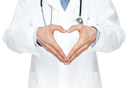estetoscopio corazon: Primer plano de las manos del m�dico s toma forma coraz�n aislado sobre fondo blanco