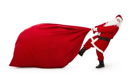 weihnachtsmann lustig: Santa Claus zieht riesigen Sack voller Weihnachtsgeschenke isoliert auf weißem Hintergrund