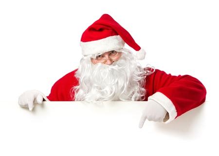 Kerstman wijst in lege reclame banner geïsoleerd op witte achtergrond met een kopie ruimte