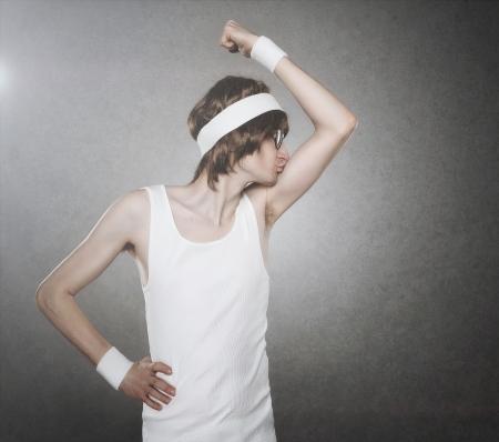 cintillos: Macho empollón Retro besando sus bíceps aislados sobre fondo gris, con copia espacio