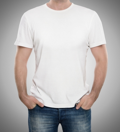 blanco: Hombre que llevaba camiseta en blanco aislado en fondo gris con copia espacio
