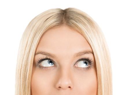 donna pensiero: Primo piano di donna bionda alla ricerca e riflessione isolato su sfondo bianco con spazio di copia