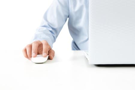 klik: Close-up van jonge zakenman werken op een laptop op een witte achtergrond met een kopie ruimte