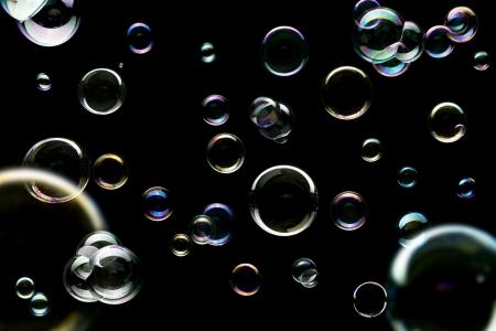 bulles de savon: R�sum� du savon color� fond d'�cran bulles isol�es sur fond noir