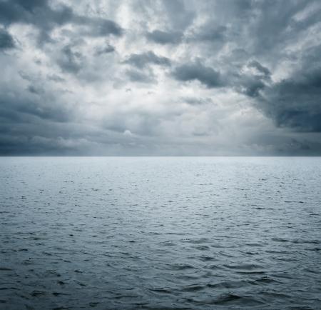 in clouds: Scena drammatica di oceano befre tempesta con copia spazio