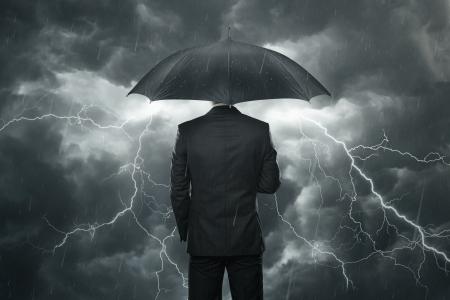 depressione: Guai in vista concetto, uomo d'affari con l'ombrello in piedi sotto la pioggia Archivio Fotografico