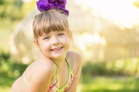 Portret cute little girl na letnie wakacje z miejsca kopiowania