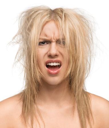 caras de emociones: Bad hair day, retrato de una hermosa chica con el pelo desordenado aislado en fondo blanco
