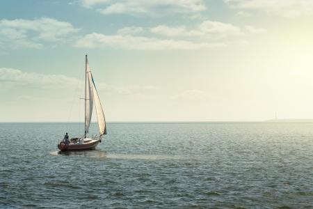 Zeilboot op de open zee met kopie ruimte