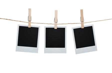 Puste zdjęcia wiszące na clothesline na białym tle