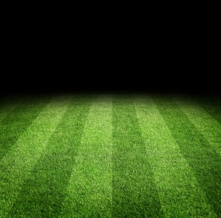 コピー スペース、夜のサッカーまたはフットボール フィールドのクローズ アップ