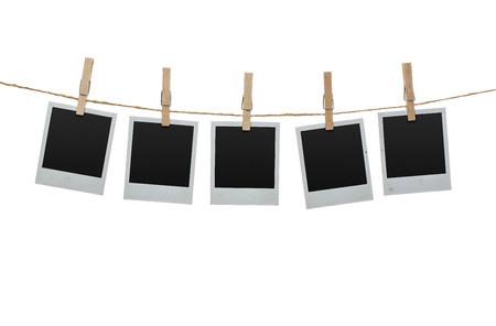 フレームの内側にクリッピング パスと白い背景で隔離の物干しに掛かっている 5 つの空白の写真 写真素材