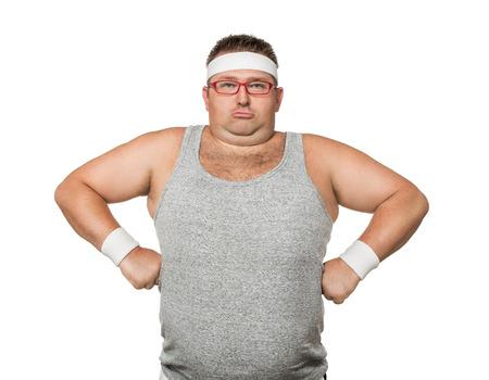 Grappige overgewicht man buigen zijn spieren op een witte achtergrond