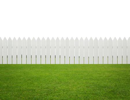 Voor-of achtertuin, wit houten hek op het gras op een witte achtergrond met een kopie ruimte Stockfoto
