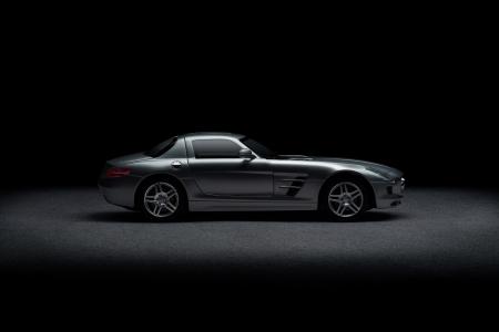 Zijaanzicht van luxe sportwagen dan zwart exemplaar ruimte