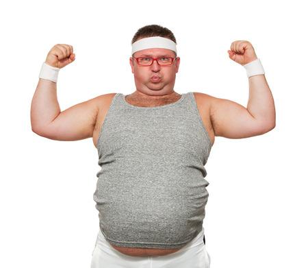 Grappige overgewicht sportieve man buigen zijn spieren op wit wordt geïsoleerd