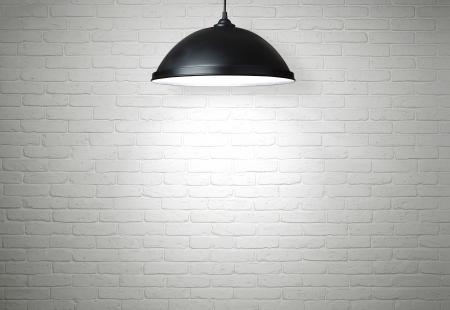 iluminado: Pared de ladrillo blanca iluminada por la lámpara, con copia espacio
