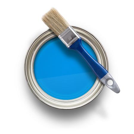paint background: Vista de �ngulo alto de la pintura azul puede con el cepillo aislado en el fondo blanco