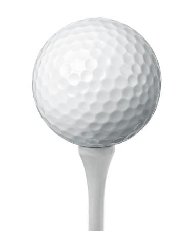 cerrar: Primer plano de una pelota de golf sobre un tee aislados en fondo blanco