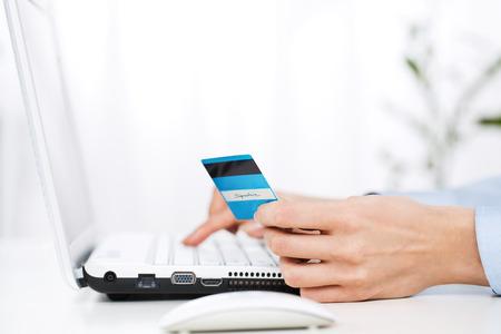 Close-up van de jonge vrouw met behulp van een creditcard