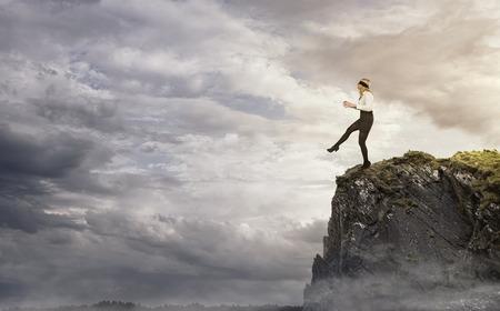 Risiko, junge Geschäftsfrau zu Fuß über den Rand der Klippe Standard-Bild - 26824006
