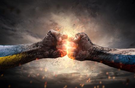 Conflict, close-up van twee vuisten raken elkaar over dramatische hemel