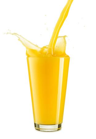 verre de jus d orange: Verser le jus d'orange frais dans un verre isolé sur fond blanc Banque d'images