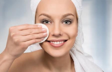 Lichaamsverzorging, gelukkig aantrekkelijke vrouwen het verwijderen van make-up in de badkamer Stockfoto