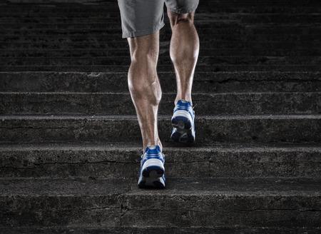 アスリート: 練習は、階段を走っている若い男のクローズ アップ 写真素材