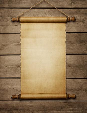 고대: 복사 공간으로 나무 벽에 오래 된 그런 지 빈 종이 스크롤