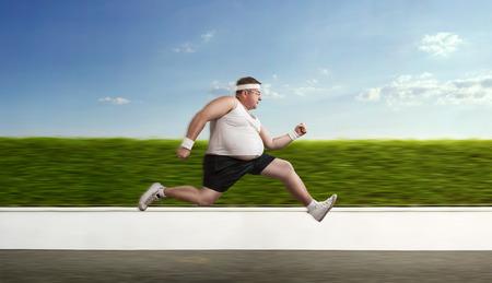Grappig overgewicht sporter op de vlucht Stockfoto