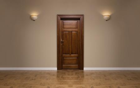 Cierre de la puerta de madera cerrada en la sala vacía, con copia espacio