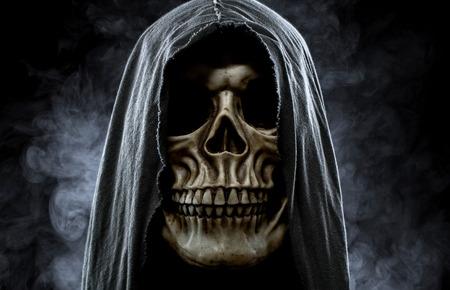 demonio: Parca, retrato de una calavera en la capucha en negro, fondo brumoso