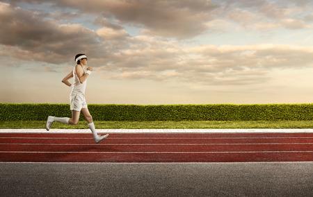 Grappig, retro sport nerd joggen op de atletiekbaan met een kopie ruimte